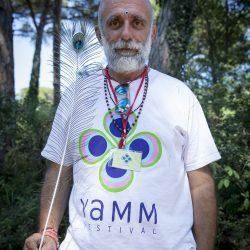 il maestro di Yoga Pranav con in mano una piuma di pavone